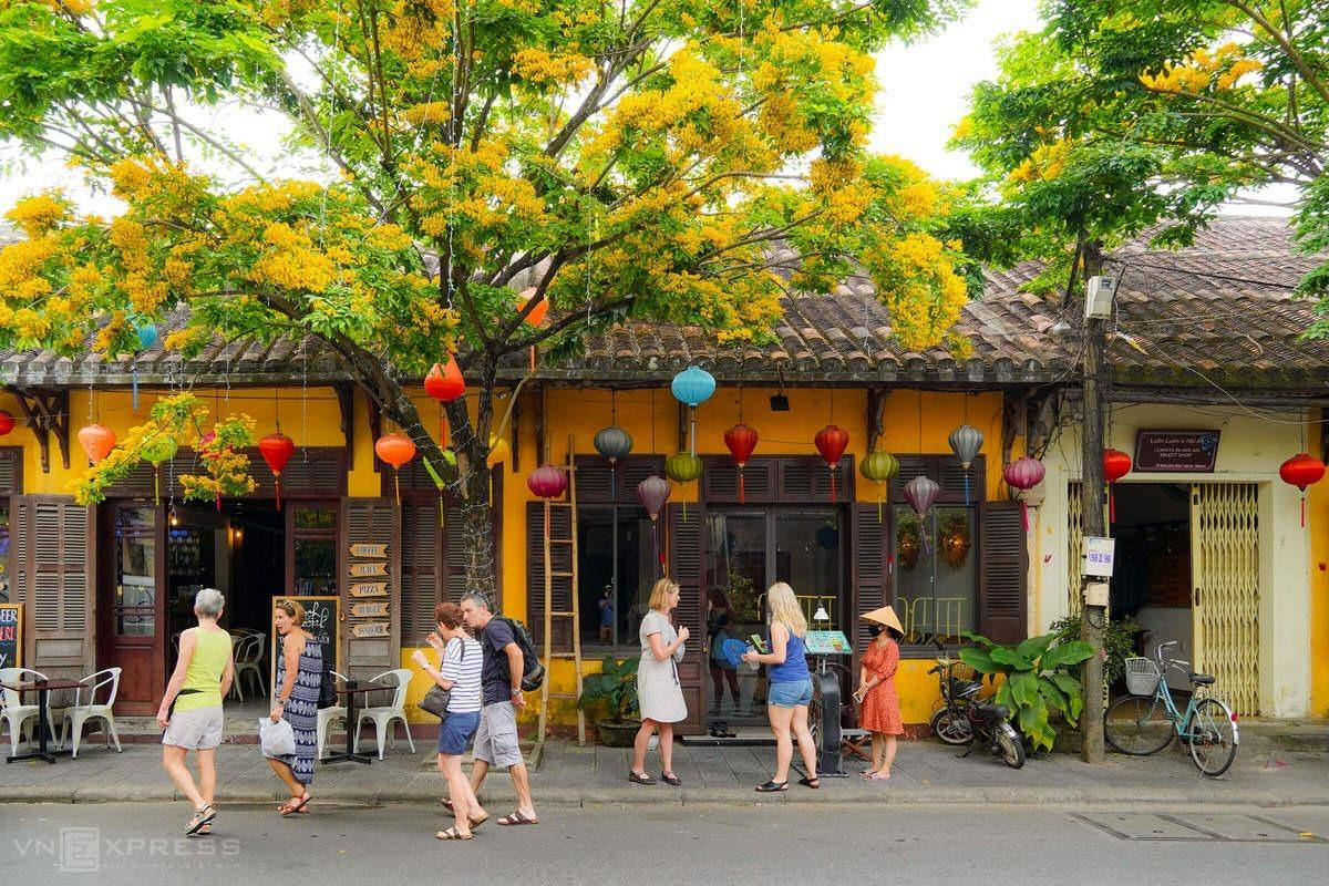 A group of foreign tourists visited Hoi An on March 14. The town, where a British tourist was found infected with Covid-19, stopped welcoming arrivals to Bay Mau Coconut Forest, two miles from the town center, as well as Thanh Ha Pottery Village and Tra Que Village until the end of this month.