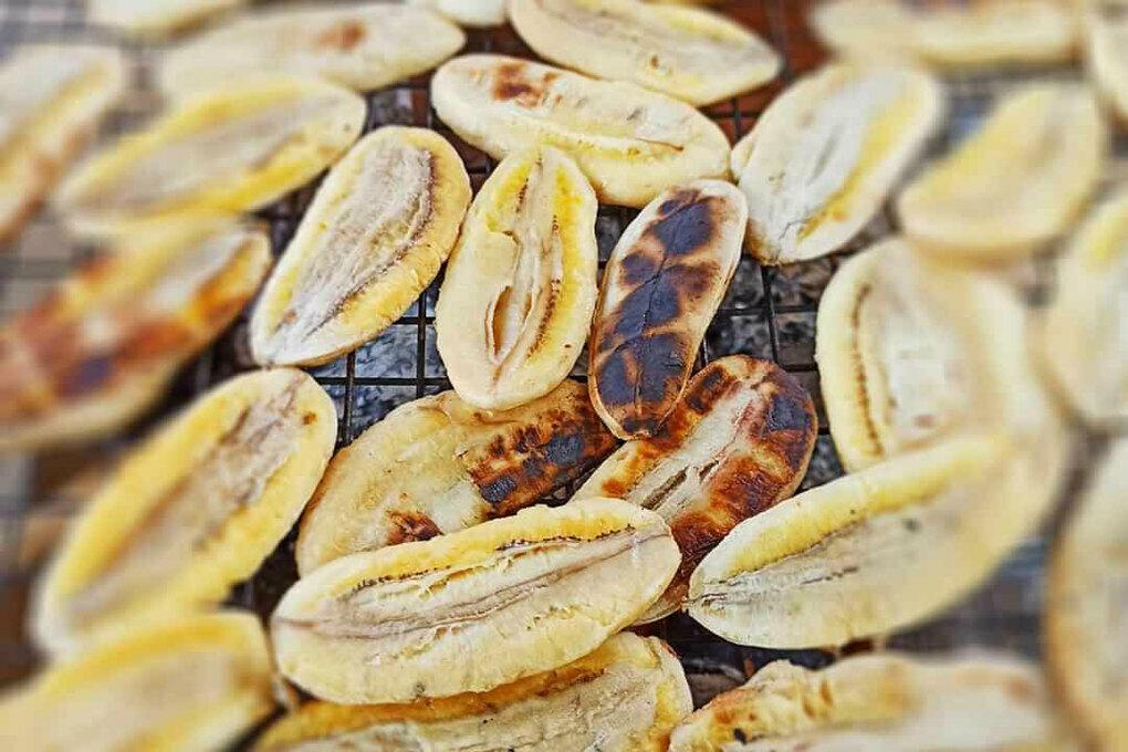 The sweetness of bananas is balanced out by the toasty flavor from grilling. Its aroma, sticky sweet and salty dip, and rich aftertaste compose an unforgettable dish.