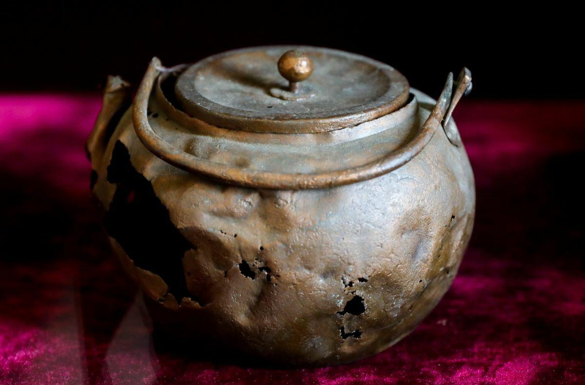 But a pot dated back to the time of Emperor Kangxi that is on display is battered and even has a few holes.